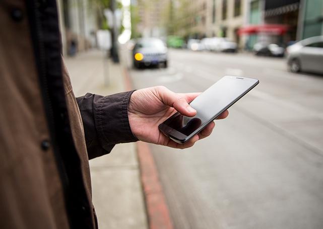 Trzymanie telefonu komórkowego